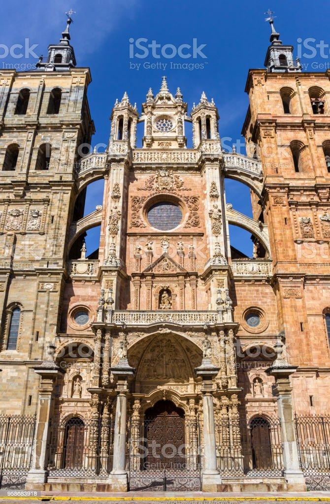 Vista frontal de la Catedral de Astorga, España - foto de stock