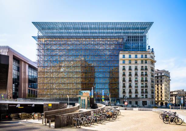 Vue de face du bâtiment Europa dans le quartier européen de Bruxelles, Belgique, avec des bicyclettes stationnées au premier plan. - Photo