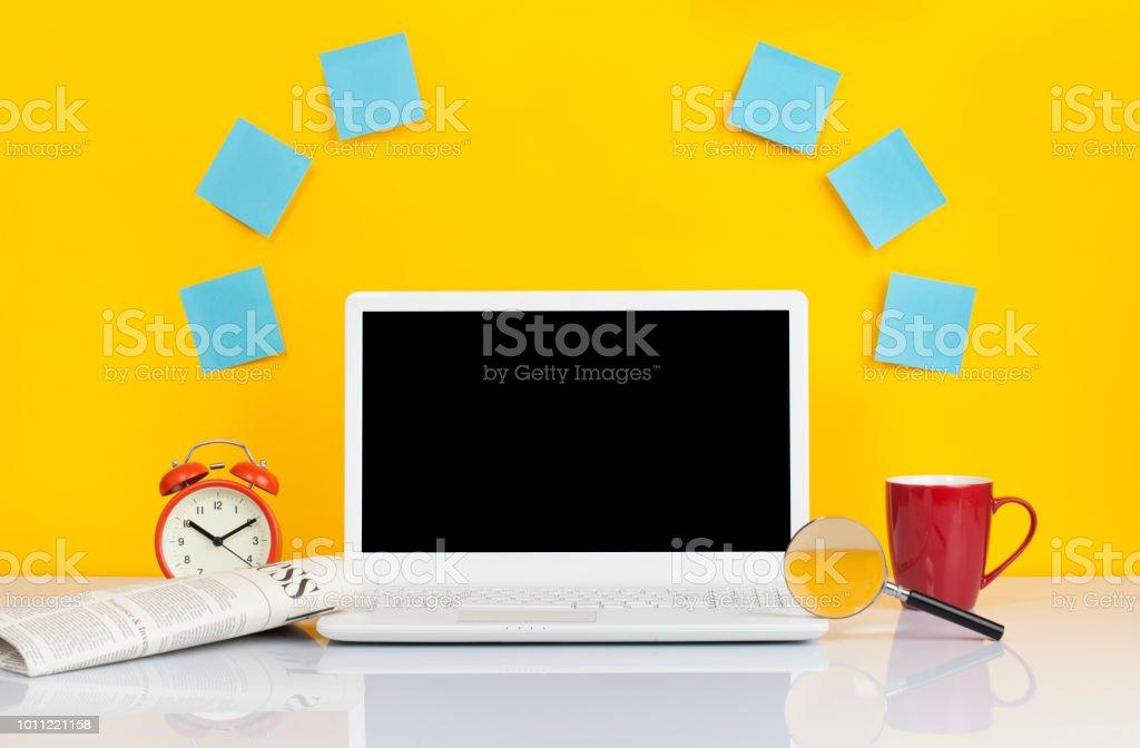 Vorderansicht des Laptops ist auf dem Arbeitstisch – Foto
