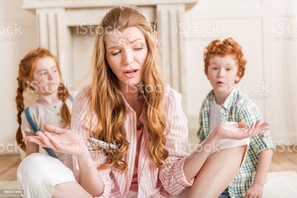 머리와 작은 아이 장난감 화가 어머니의 전면 보기 royalty-free 스톡 사진