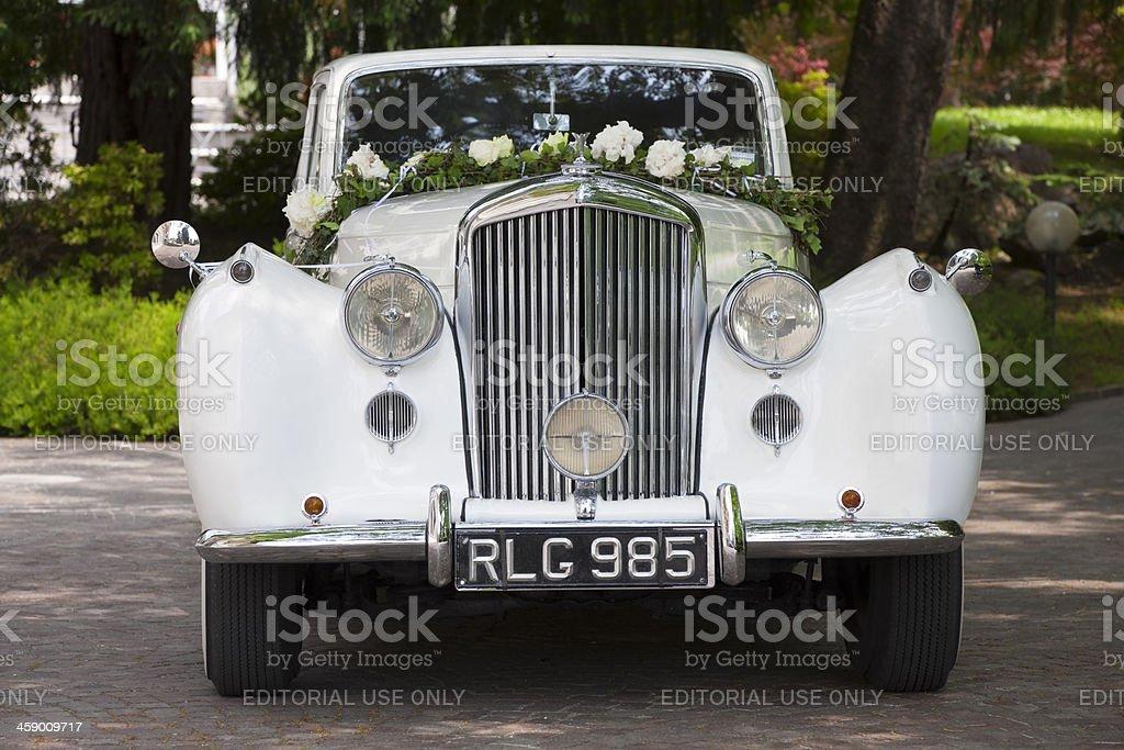 Vorderansicht Der Alten Bentley Hochzeit Auto Mit Blumen Stock