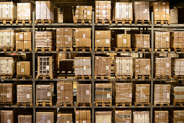 vista anteriore di magazzino e pianale di carico-xxxxxlarge - prodotti supermercato foto e immagini stock