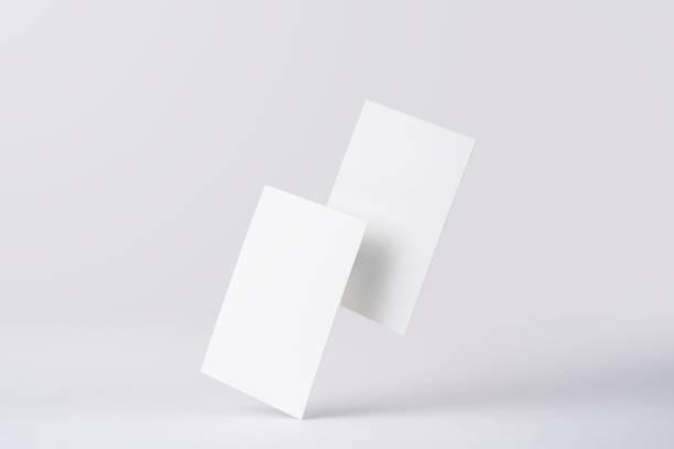 Vorderansicht der weißen Visitenkarte auf weiß – Foto