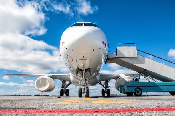 Vorderansicht des weißen Passagierflugzeug mit Internat Rampe auf dem Flughafen-Vorfeld – Foto