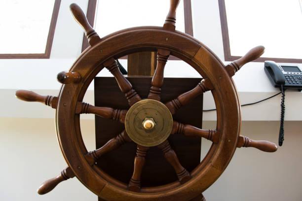 vorderansicht des hölzernen ruder auf einem segelschiff in der capitan kabine - steuerungstechnik stock-fotos und bilder