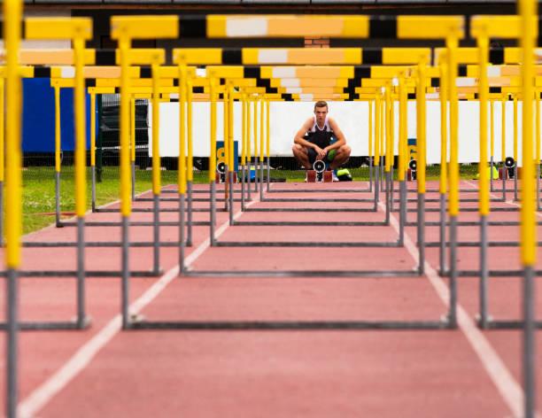 Vorderansicht der junge Athlet über die Hürden – Foto