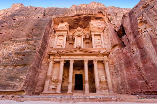 vue frontale de «le trésor», dans la ville antique de petra, jordanie - jordan photos et images de collection