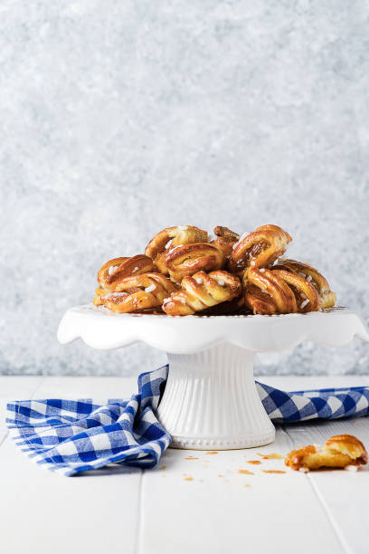 Frontview of little strudels with apricot jam on white wooden background - foto stock