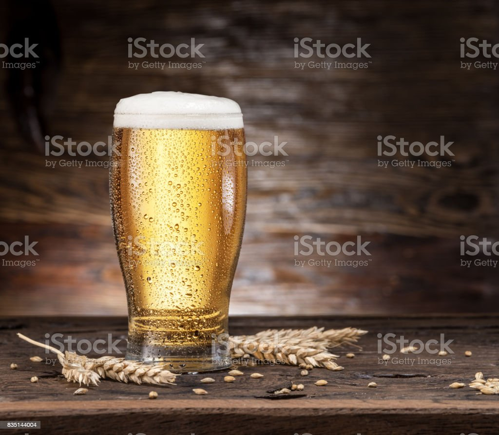 Frosted glass of beer on the wooden table. - foto stock