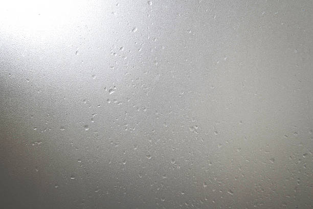 frosted glass with water drops and bright light at corner - 冷凝水珠 個照片及圖片檔