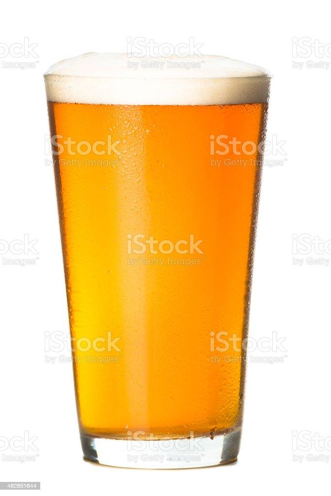Eiskaltes Bier auf Weiß – Foto