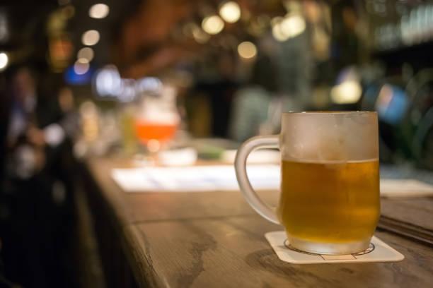 Frostigen Glas helles Bier an der Bar Theke. Zapfhahn in Brüssel Belgien – Foto