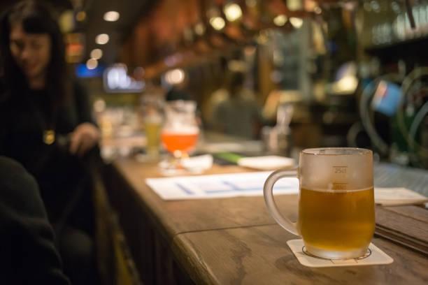 Frostigen Glas helles Bier an der Bar Theke. Zapfhahn – Foto
