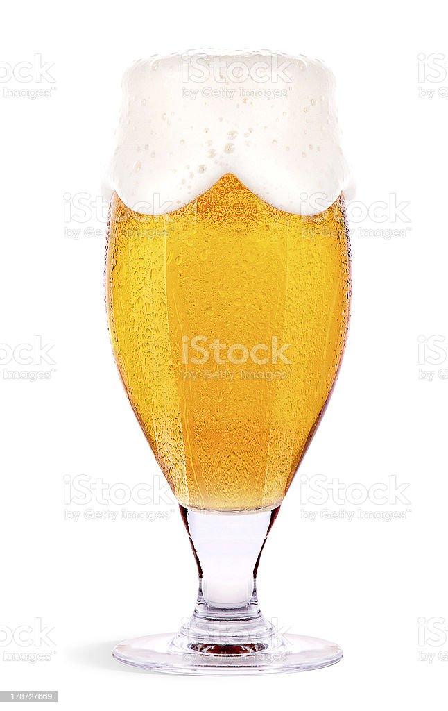 Refrescante vaso de cerveza aislado de luz - foto de stock