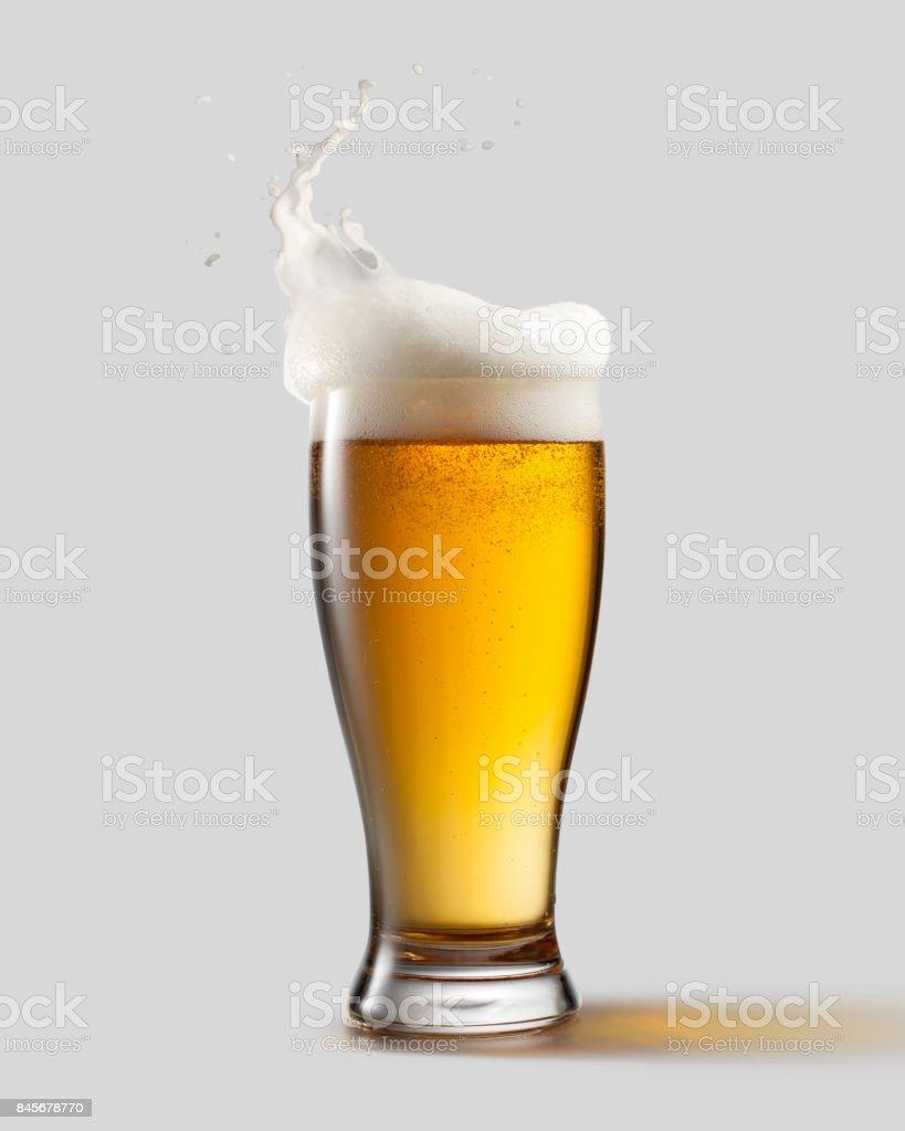 Frostigen Glas helles Bier mit Schaum – Foto