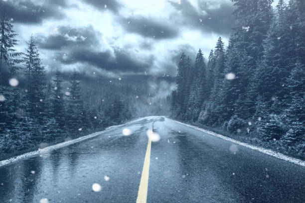 frost och fallande snö på en gata. glaciala ytan vägbanan. - cold street bildbanksfoton och bilder