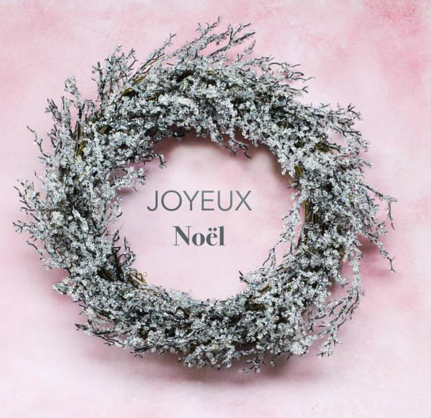 frostige weihnachten kranz und frohe weihnachten text auf französisch - zitate weihnachten stock-fotos und bilder