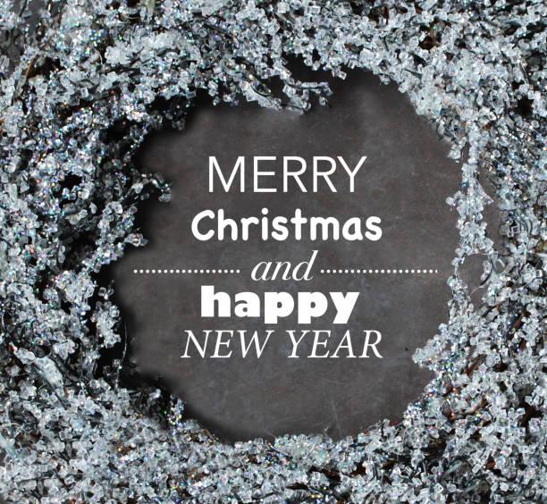 frostige weihnachten kranz und frohe weihnachten text - zitate weihnachten stock-fotos und bilder