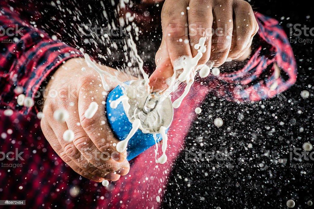 Mergulhando com espuma espuma de uma lata - foto de acervo