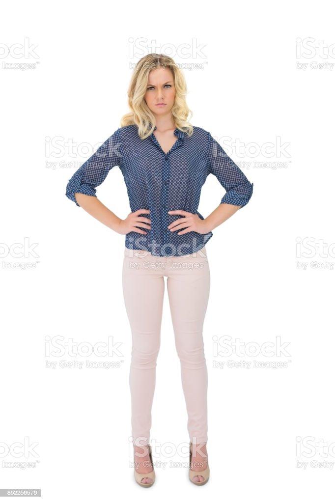 Linda loira, vestindo roupas elegantes posando para baixo - foto de acervo