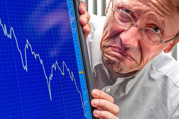 stirn runzeln mann und sinken stock exchange rate auf monitor - börsencrash stock-fotos und bilder