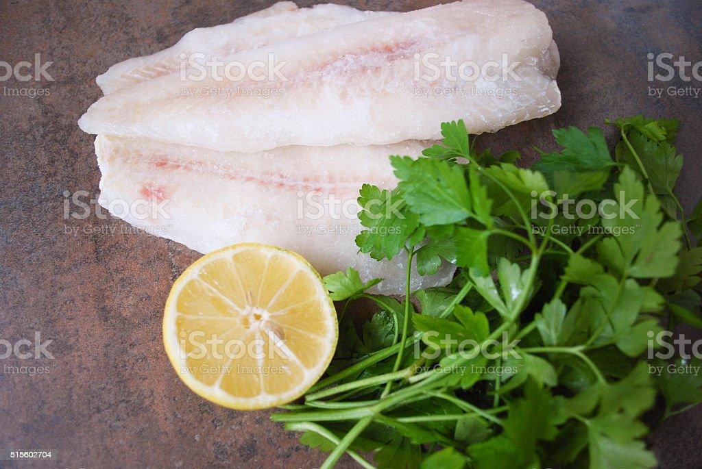 Congelado Alasca Pollock filé com limão e salsa. - foto de acervo