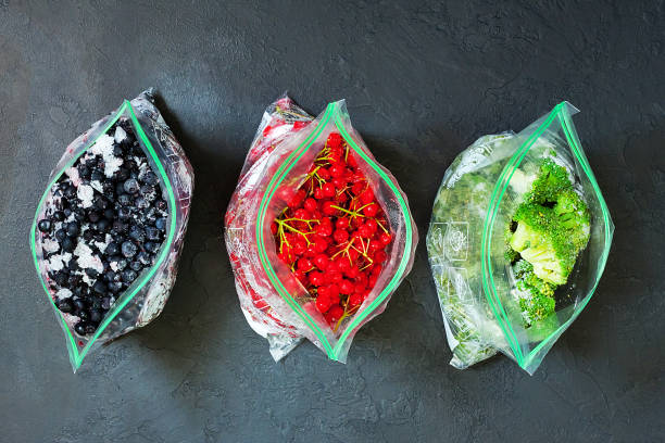 냉동된 딸기와 어두운 구체적인 배경-패키지에 가방에 야채 닫습니다. - 냉동된 뉴스 사진 이미지