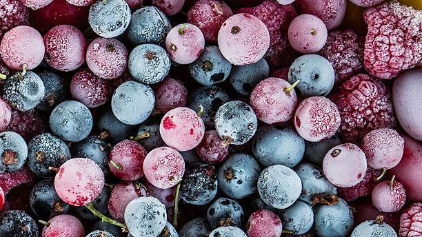 ягоды в замороженном виде - иней замёрзшая вода стоковые фото и изображения