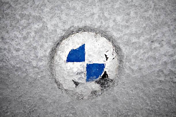 gefrorene bmw logo - wettervorhersage deutschland stock-fotos und bilder
