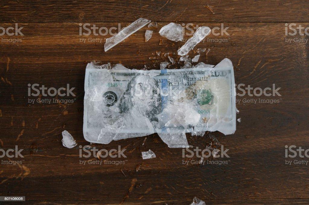 Dinero congelado - foto de stock