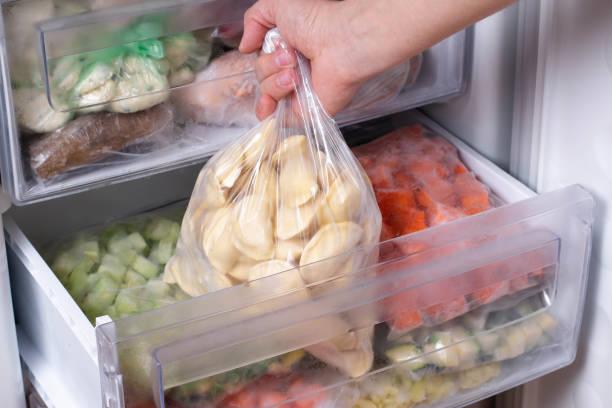 bolinhos congelados na geladeira - comida congelada - fotografias e filmes do acervo