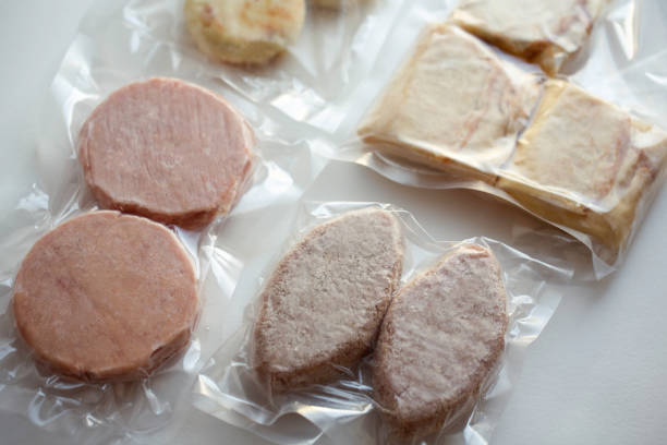 comida congelada para entrega.  alimentos embalados.  coronavírus - comida congelada - fotografias e filmes do acervo