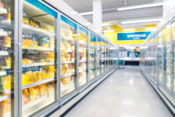 congeladores congelados do alimento e prateleiras no supermercado. - comida congelada - fotografias e filmes do acervo