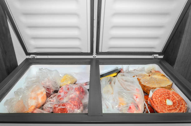 alimentos congelados no congelador. - comida congelada - fotografias e filmes do acervo