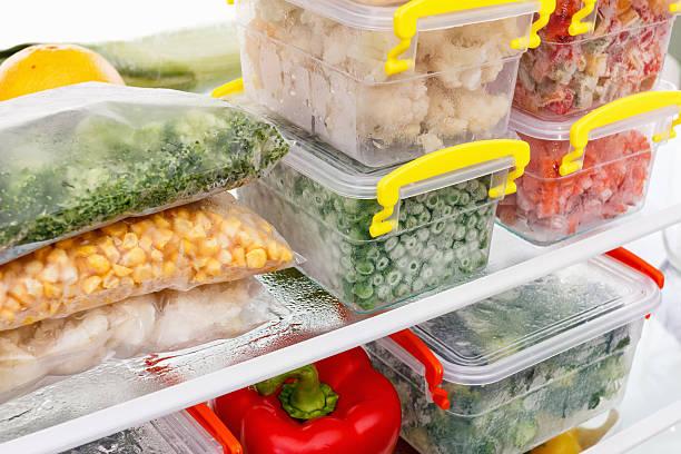comida congelada na geladeira. legumes nas prateleiras do freezer. - comida congelada - fotografias e filmes do acervo