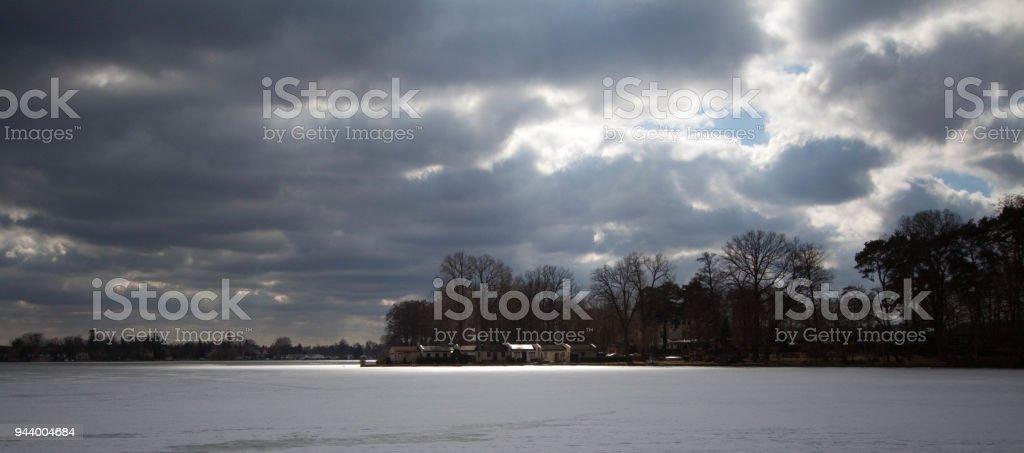 Zugefrorenen See mit stürmischen Himmel – Foto