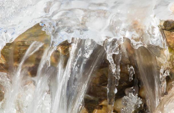 Gefrorener Teichwasserfall nach Winterbomben-Zyklon – Foto