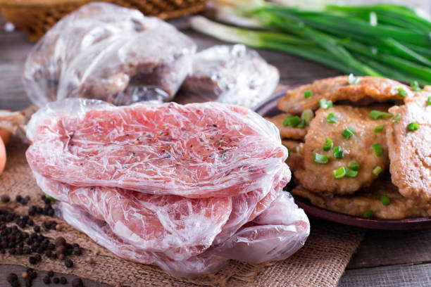 gefrorenes schweinefleisch hals koteletts und schweinefleisch schnitzel in einer platte - schnitzel braten stock-fotos und bilder