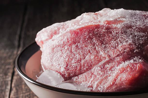 Gefrorene Schweinefleisch auf dem Teller – Foto