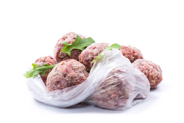 牛肉和豬肉的冷凍生肉丸,胡蘿蔔和大米圖像檔