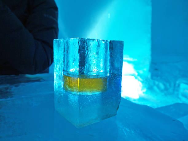 glas omade eis - glasskulpturen stock-fotos und bilder