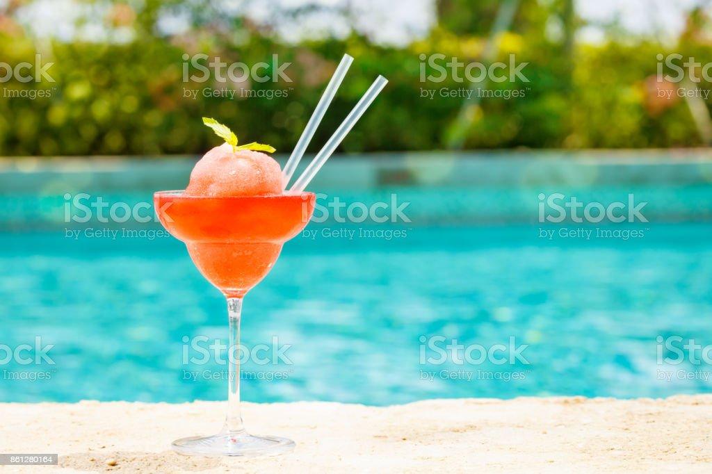 Margarita de morango congelado coquetel à beira de uma piscina de resort.  Conceito de férias de luxo - foto de acervo