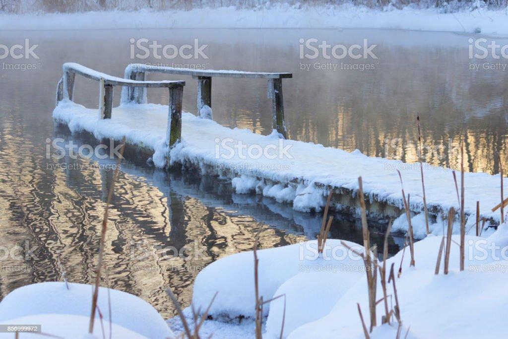 gefrorene Holzbrücke – Foto