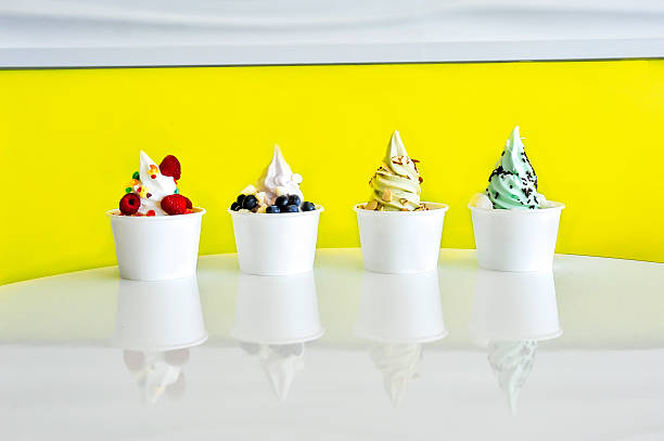 frozen yogurt variety line up - 冷凍乳酪 個照片及圖片檔