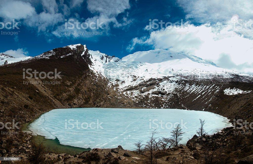 frozzen laguna entre las montañas en chalten argentina - foto de stock