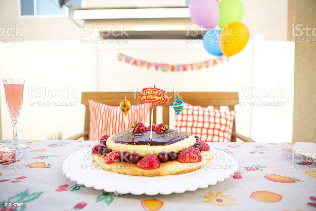Fruits et de chocolat Gâteau d'anniversaire avec bougies - Photo