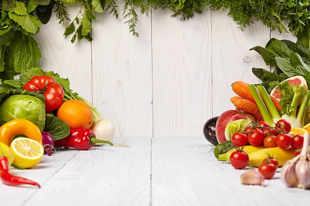 과일 및 야채 하일랜드 흰색 목재 테이블 스톡 사진