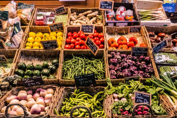 groenten en fruit aan de balie van een overdekte markt - kas bouwwerk stockfoto's en -beelden