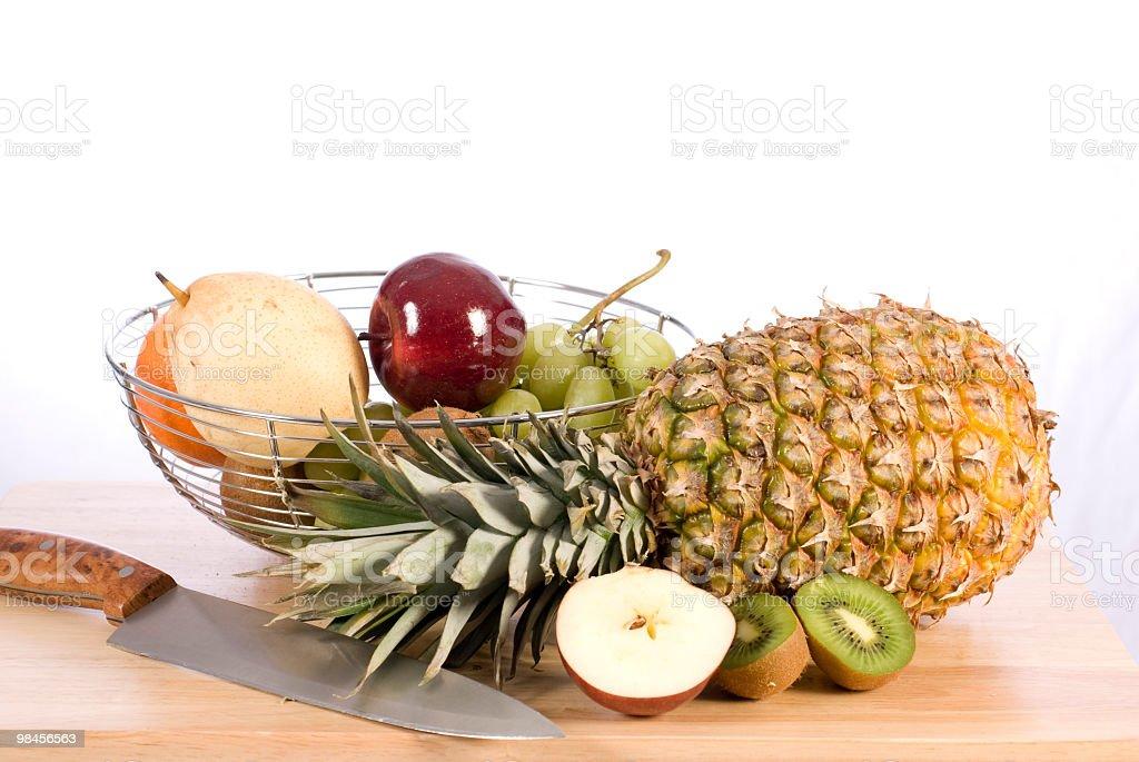 Cesto di frutta arancia, ananas, viola, pera, kiwi, panier foto stock royalty-free