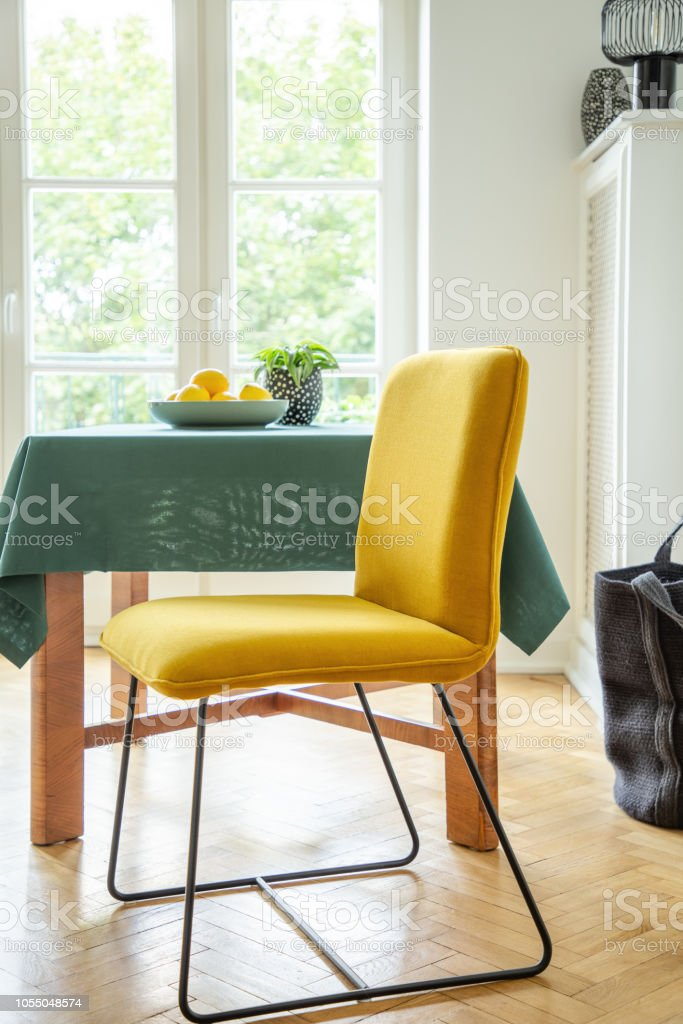 Obstschale Auf Einem Holztisch Und Ein Moderner Stuhl Mit Hellen Gelben Polster In Einem Weissen Skandinavischen Esszimmerinterieur Stockfoto Und Mehr Bilder Von Balkon Istock
